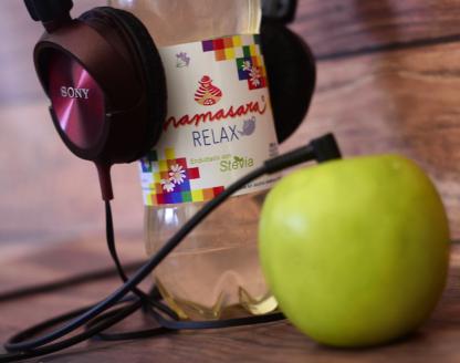 relax con auriculares y manzana